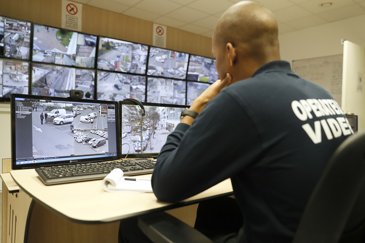 7795045880 un agent de la prefecture devant des ecran de video surveillance urbaine a paris illustration